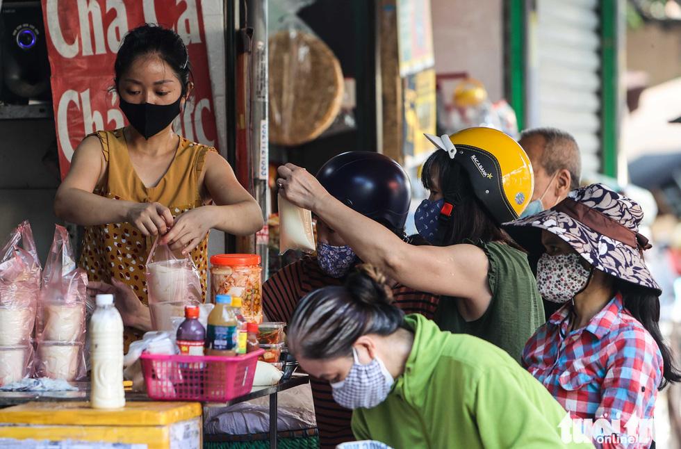 Hà Nội: Chỉ thị giãn cách xã hội ban hành lúc nửa đêm, chợ sáng ngày rằm vẫn đông người - Ảnh 3.