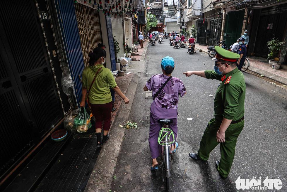 Hà Nội: Chỉ thị giãn cách xã hội ban hành lúc nửa đêm, chợ sáng ngày rằm vẫn đông người - Ảnh 4.