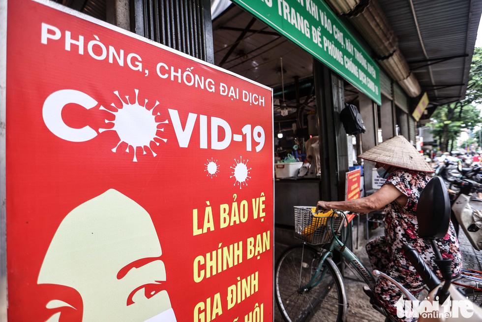 Hà Nội: Chỉ thị giãn cách xã hội ban hành lúc nửa đêm, chợ sáng ngày rằm vẫn đông người - Ảnh 5.