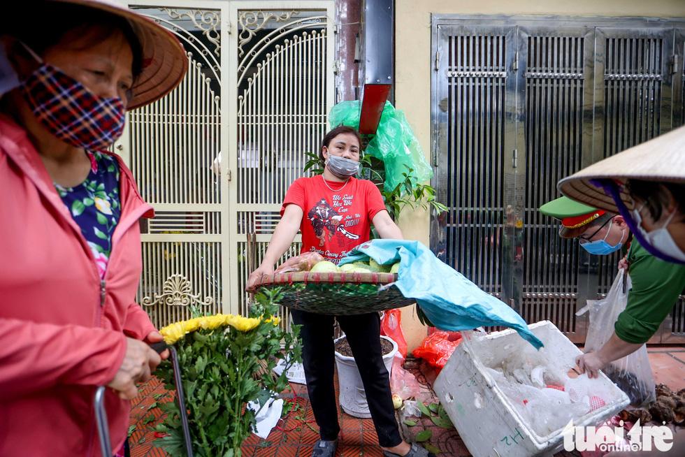 Hà Nội: Chỉ thị giãn cách xã hội ban hành lúc nửa đêm, chợ sáng ngày rằm vẫn đông người - Ảnh 7.
