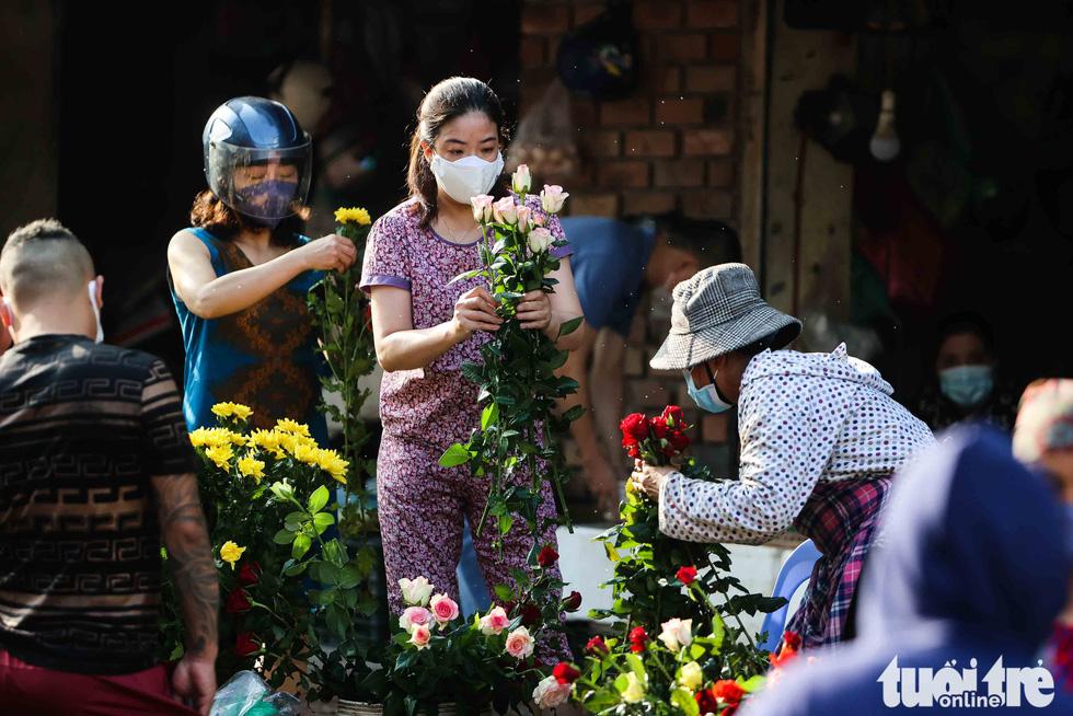Hà Nội: Chỉ thị giãn cách xã hội ban hành lúc nửa đêm, chợ sáng ngày rằm vẫn đông người - Ảnh 8.