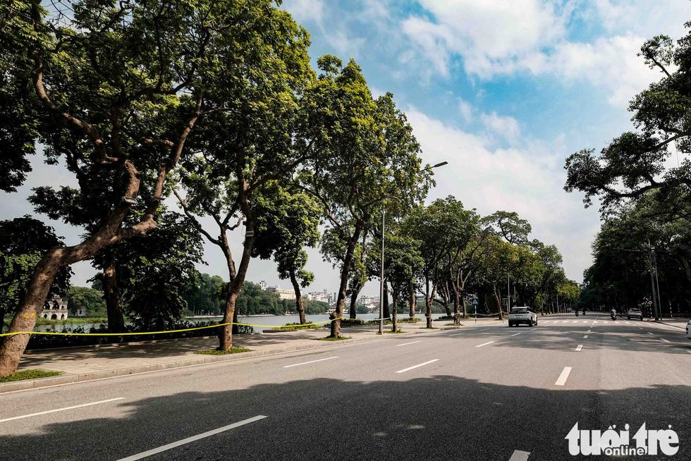 Hà Nội: Chỉ thị giãn cách xã hội ban hành lúc nửa đêm, chợ sáng ngày rằm vẫn đông người - Ảnh 12.