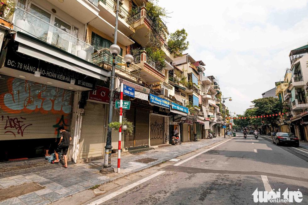 Hà Nội: Chỉ thị giãn cách xã hội ban hành lúc nửa đêm, chợ sáng ngày rằm vẫn đông người - Ảnh 11.