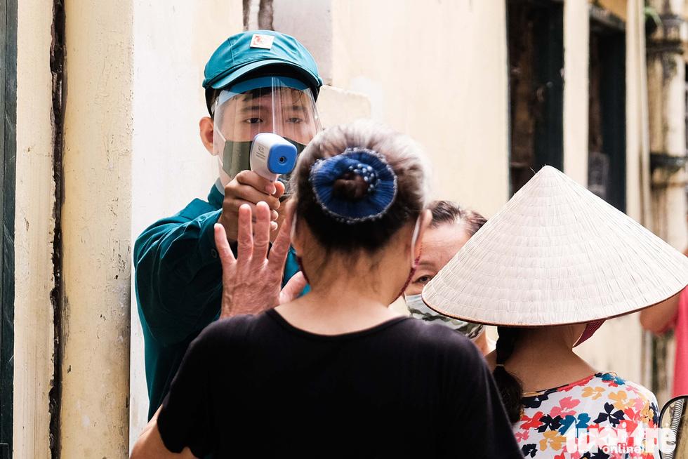 Hà Nội: Chỉ thị giãn cách xã hội ban hành lúc nửa đêm, chợ sáng ngày rằm vẫn đông người - Ảnh 9.
