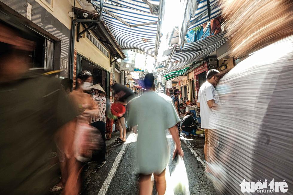 Hà Nội: Chỉ thị giãn cách xã hội ban hành lúc nửa đêm, chợ sáng ngày rằm vẫn đông người - Ảnh 13.