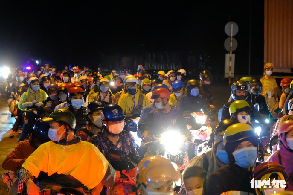 Hàng ngàn người đổ về Tây Nguyên xuyên đêm, kéo dài cả 1km - Ảnh 6.