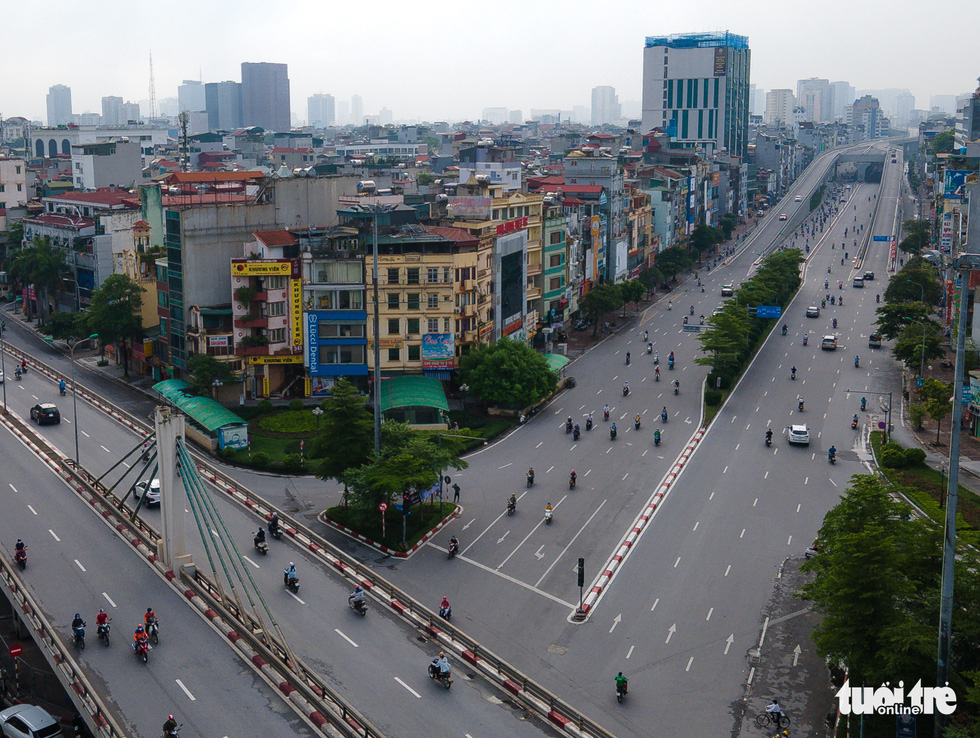 Nhìn từ trên cao, Hà Nội vắng vẻ vì giãn cách xã hội - Ảnh 10.