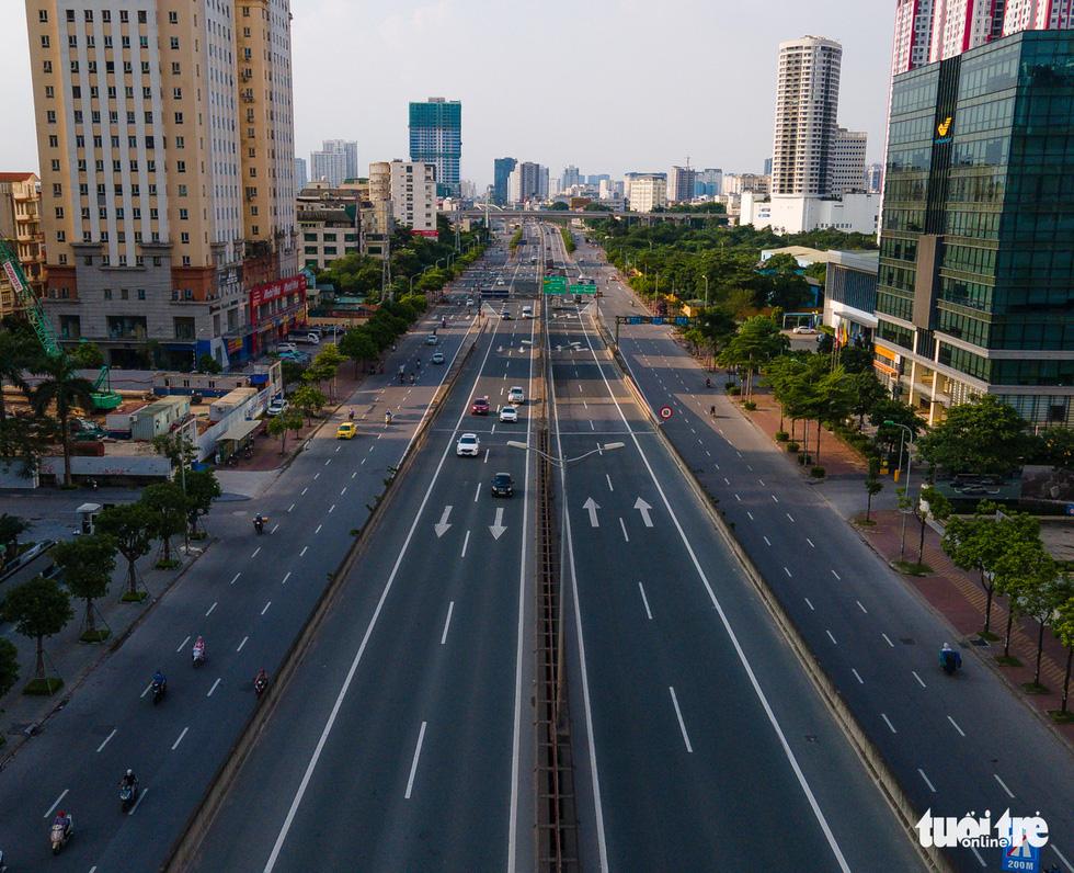 Nhìn từ trên cao, Hà Nội vắng vẻ vì giãn cách xã hội - Ảnh 8.