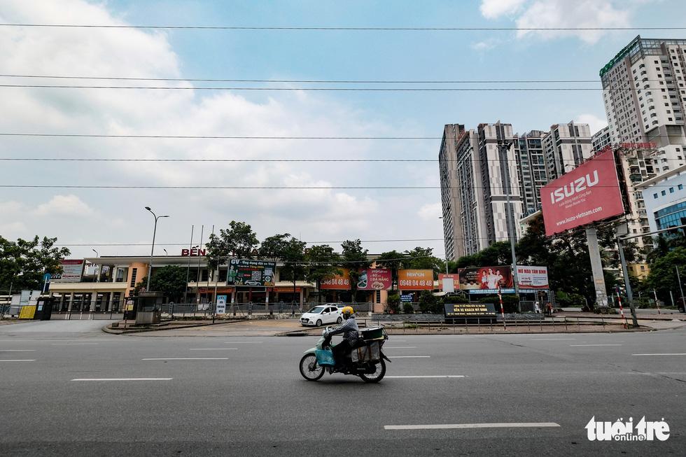 Đường phố Hà Nội vắng vẻ trong ngày thứ 2 giãn cách xã hội - Ảnh 4.