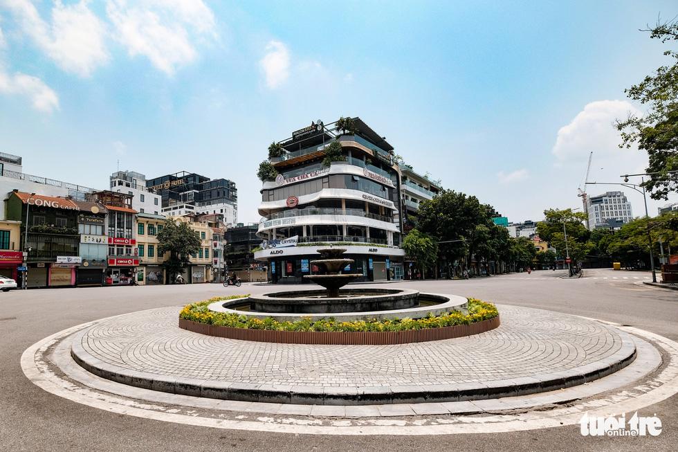 Đường phố Hà Nội vắng vẻ trong ngày thứ 2 giãn cách xã hội - Ảnh 1.