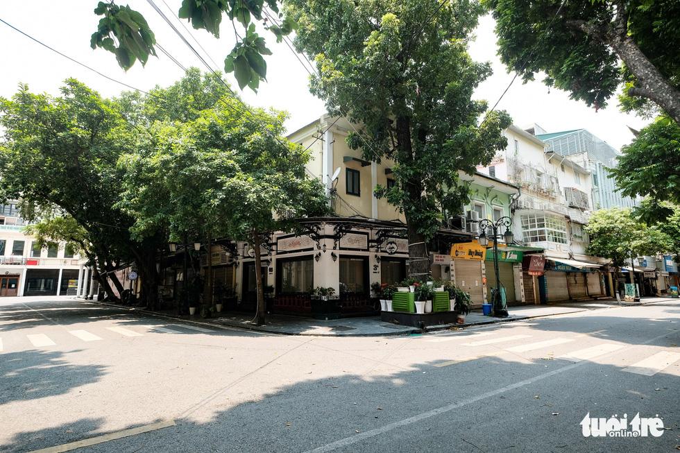 Đường phố Hà Nội vắng vẻ trong ngày thứ 2 giãn cách xã hội - Ảnh 5.