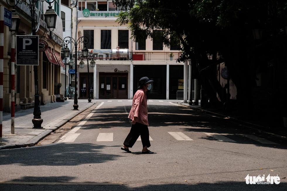 Đường phố Hà Nội vắng vẻ trong ngày thứ 2 giãn cách xã hội - Ảnh 6.