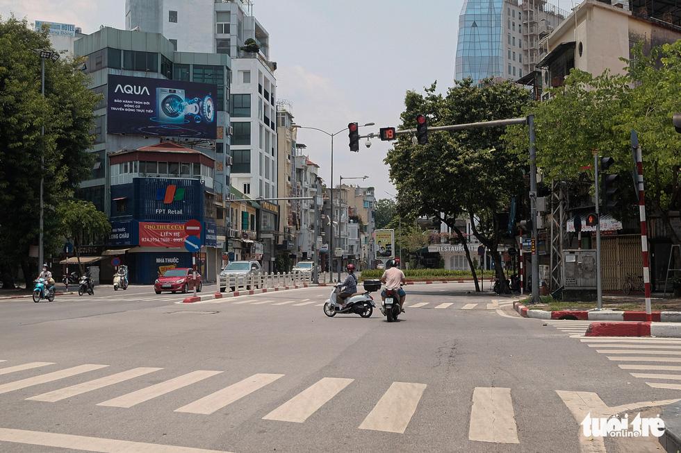 Đường phố Hà Nội vắng vẻ trong ngày thứ 2 giãn cách xã hội - Ảnh 8.