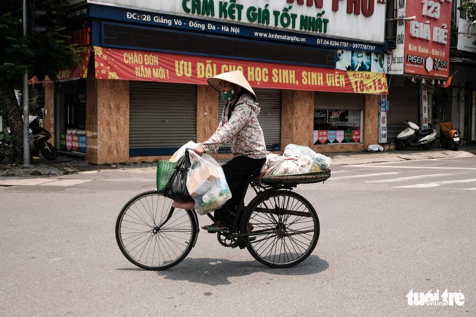 Đường phố Hà Nội vắng vẻ trong ngày thứ 2 giãn cách xã hội - Ảnh 7.