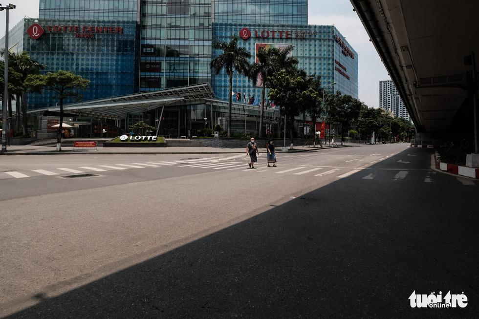 Đường phố Hà Nội vắng vẻ trong ngày thứ 2 giãn cách xã hội - Ảnh 2.