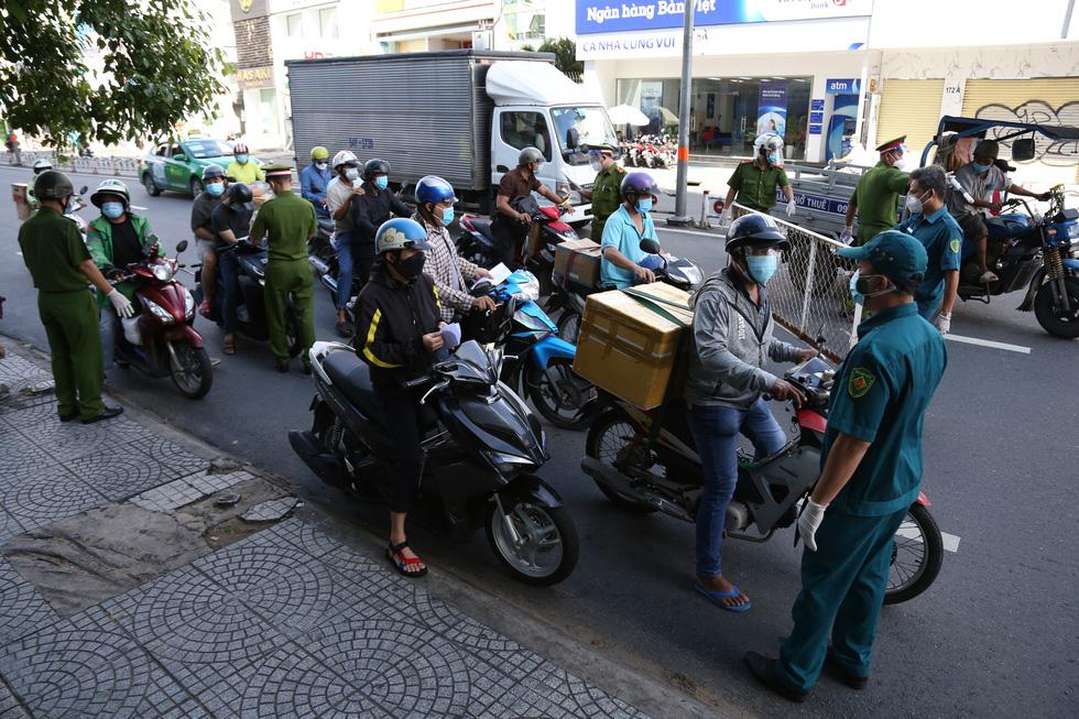 TP.HCM: Sáng nay, người dân vẫn ra đường đông, một chốt lập hơn 10 biên bản trong 1 tiếng - Ảnh 1.