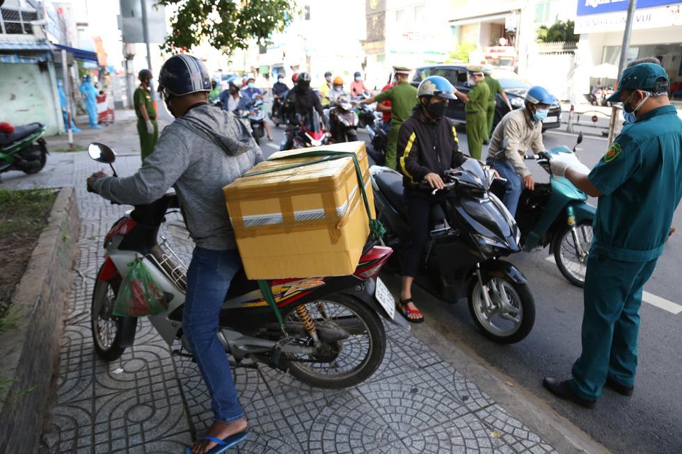 TP.HCM: Sáng nay, người dân vẫn ra đường đông, một chốt lập hơn 10 biên bản trong 1 tiếng - Ảnh 4.