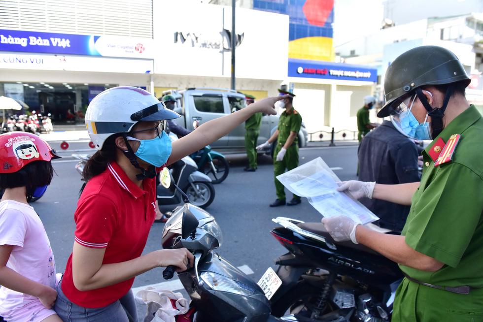 TP.HCM: Sáng nay, người dân vẫn ra đường đông, một chốt lập hơn 10 biên bản trong 1 tiếng - Ảnh 5.