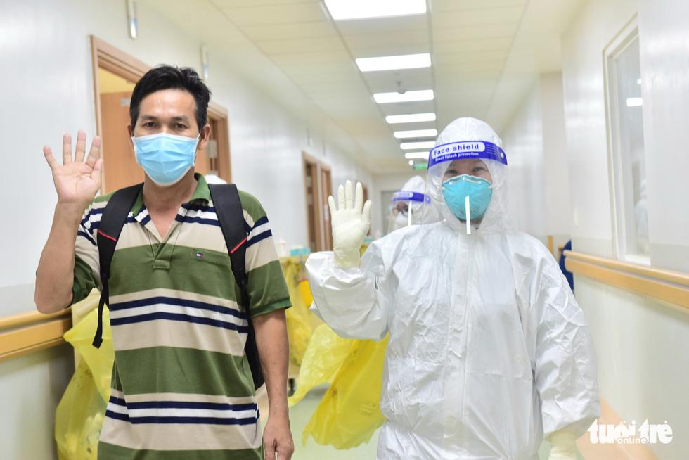17 bệnh nhân COVID-19 nặng xuất viện - Ảnh 2.