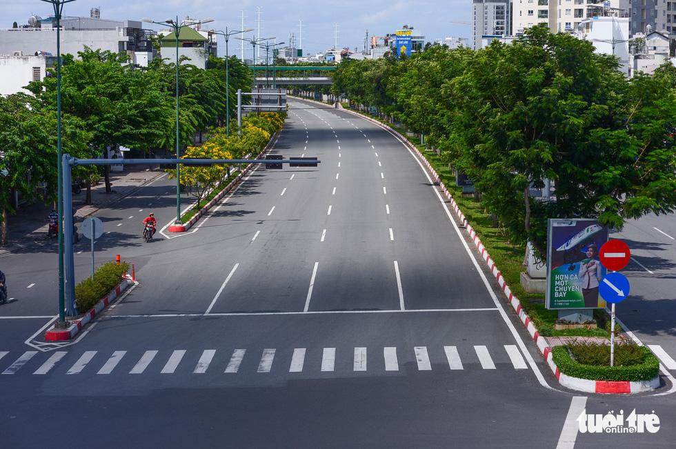 TP.HCM: Đường phố thưa vắng để ngày tấp nập trở lại sớm hơn - Ảnh 3.