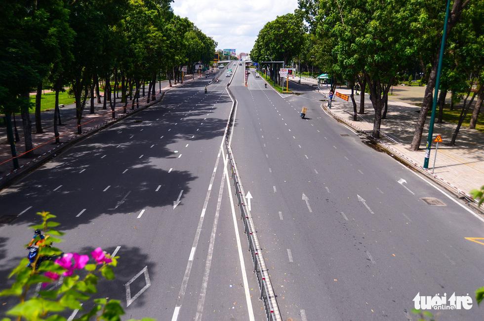 TP.HCM: Đường phố thưa vắng để ngày tấp nập trở lại sớm hơn - Ảnh 4.
