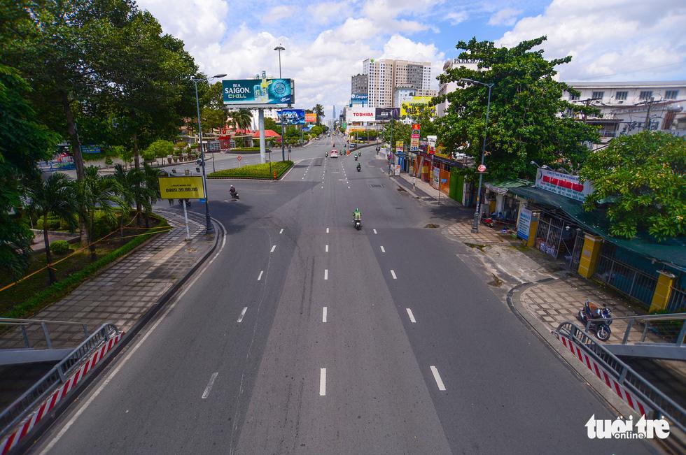 TP.HCM: Đường phố thưa vắng để ngày tấp nập trở lại sớm hơn - Ảnh 6.