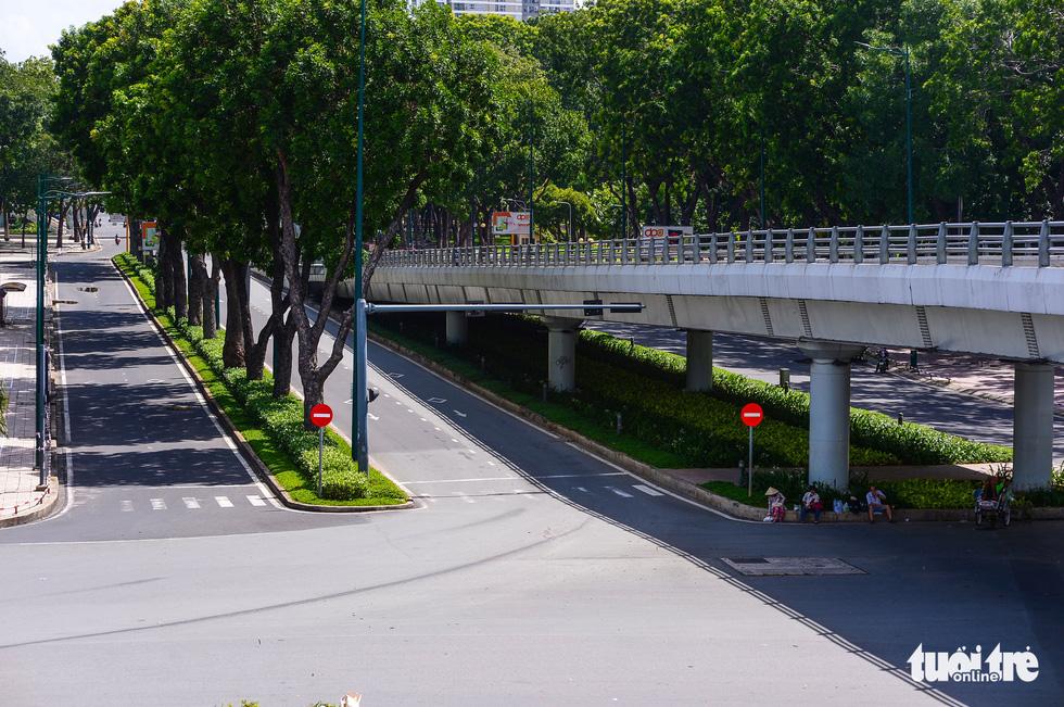 TP.HCM: Đường phố thưa vắng để ngày tấp nập trở lại sớm hơn - Ảnh 7.