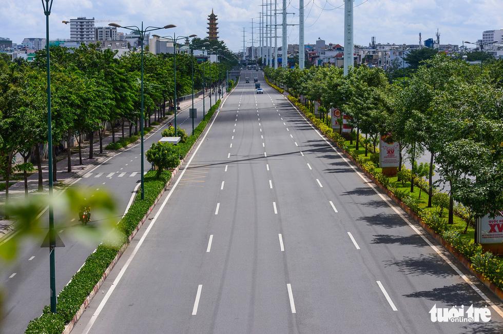 TP.HCM: Đường phố thưa vắng để ngày tấp nập trở lại sớm hơn - Ảnh 8.