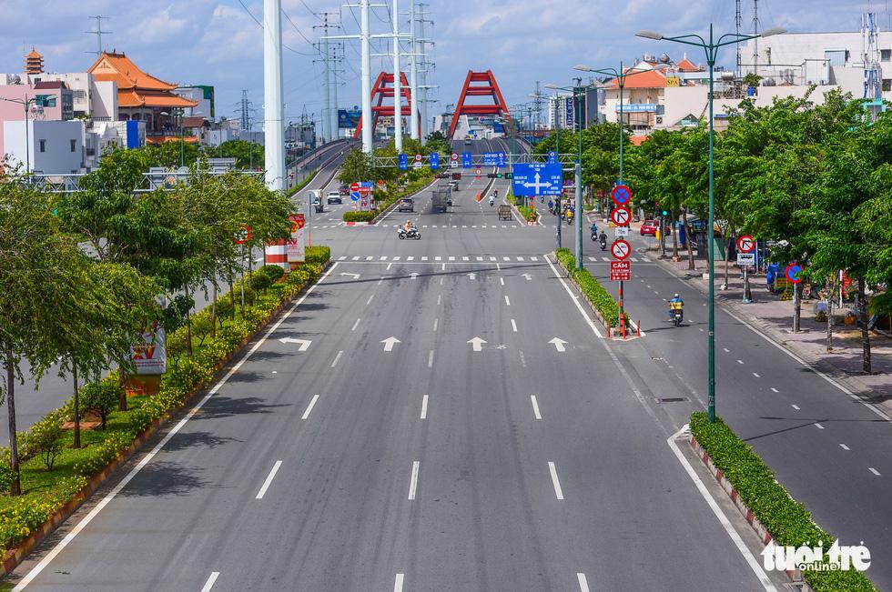 TP.HCM: Đường phố thưa vắng để ngày tấp nập trở lại sớm hơn - Ảnh 9.