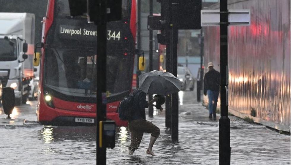 Mưa lũ bất thường biến nhiều con đường ở London thành sông - Ảnh 1.