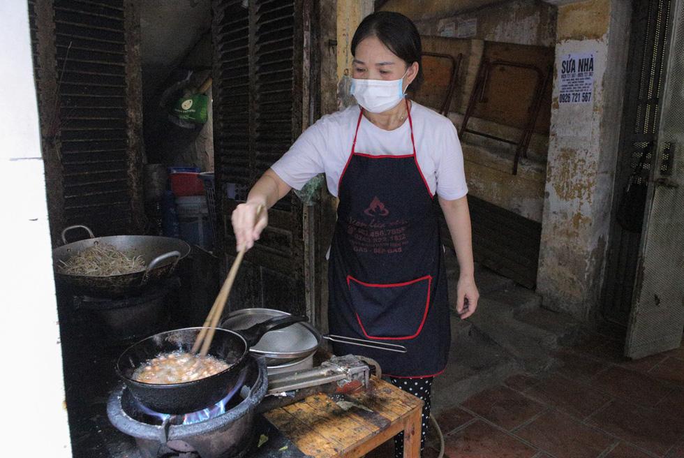 Thầy cô giáo, bạn trẻ… nấu cơm gửi người lao động nghèo ở Hà Nội - Ảnh 2.