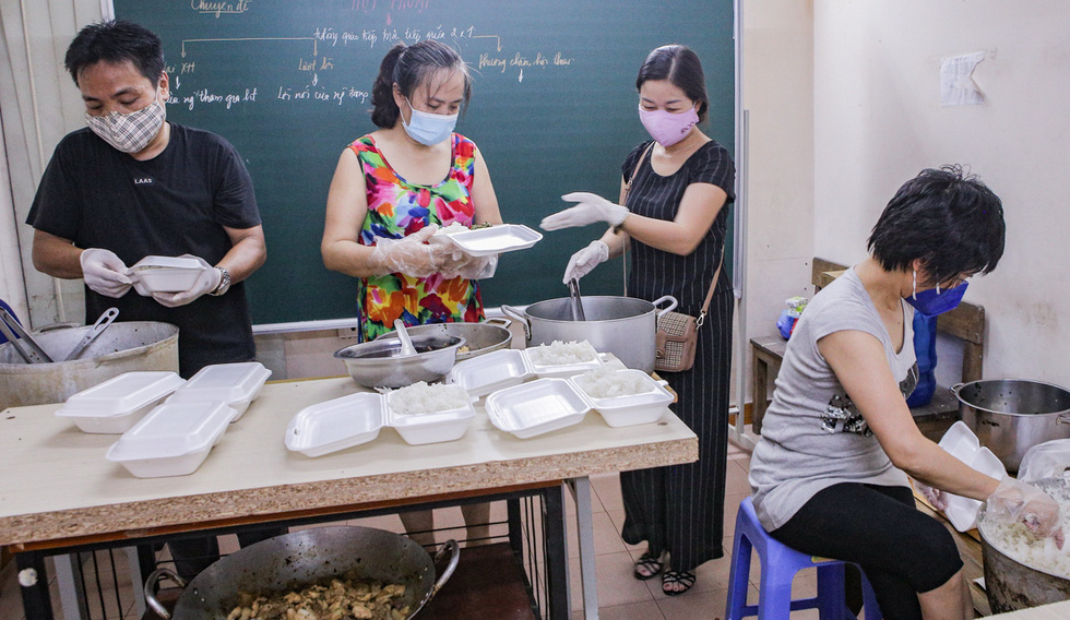 Thầy cô giáo, bạn trẻ… nấu cơm gửi người lao động nghèo ở Hà Nội - Ảnh 3.