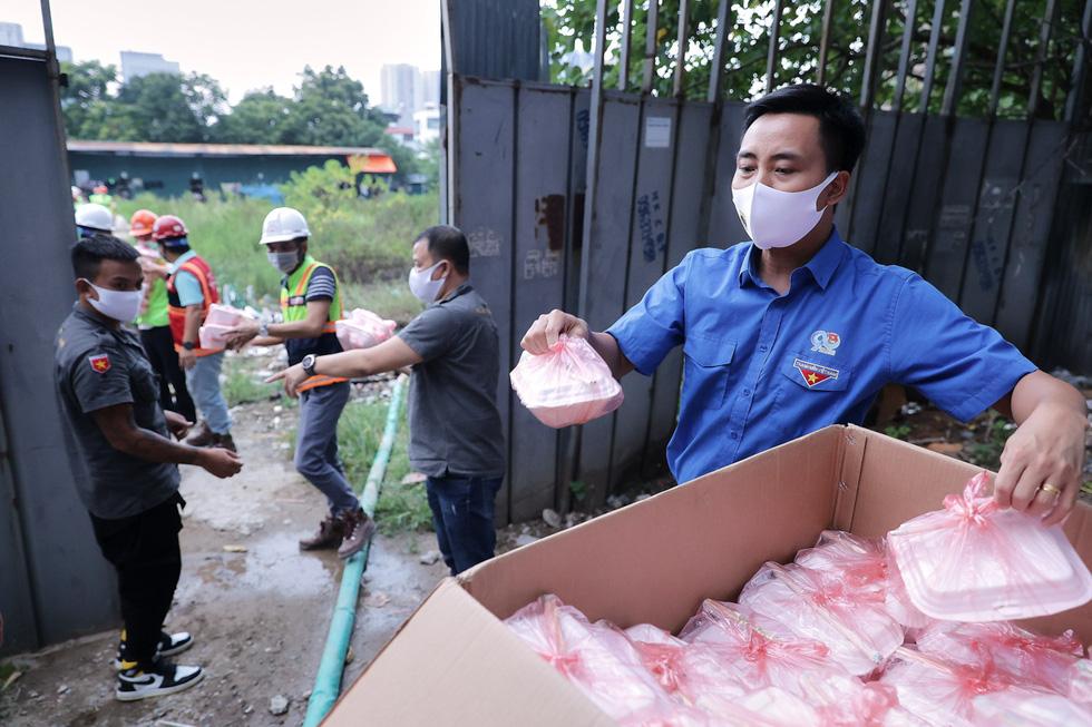 Thầy cô giáo, bạn trẻ… nấu cơm gửi người lao động nghèo ở Hà Nội - Ảnh 5.