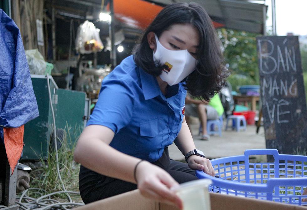 Thầy cô giáo, bạn trẻ… nấu cơm gửi người lao động nghèo ở Hà Nội - Ảnh 6.