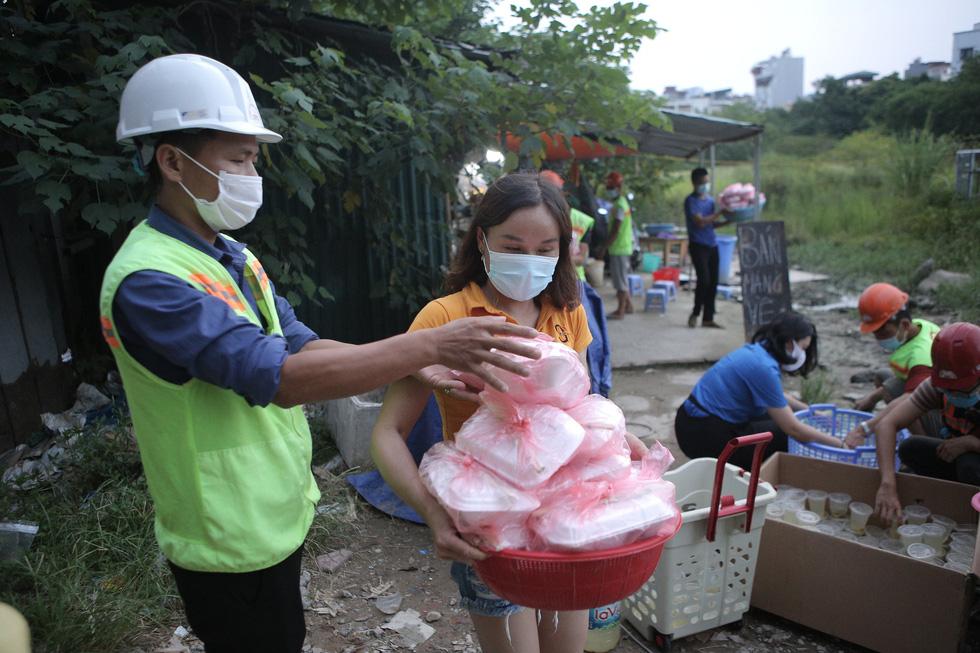 Thầy cô giáo, bạn trẻ… nấu cơm gửi người lao động nghèo ở Hà Nội - Ảnh 7.