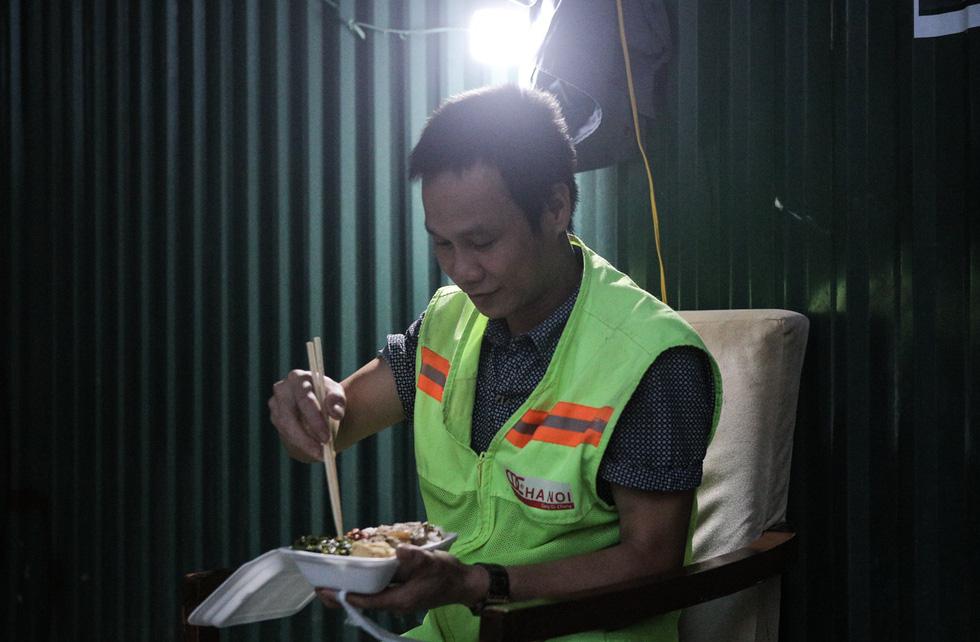 Thầy cô giáo, bạn trẻ… nấu cơm gửi người lao động nghèo ở Hà Nội - Ảnh 8.