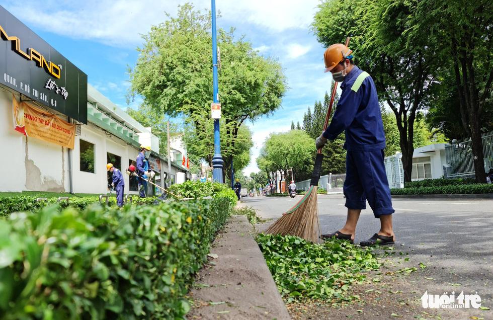 Công nhân vệ sinh môi trường: Thất thu nhẹ mùa dịch, việc nhiều hơn - Ảnh 2.