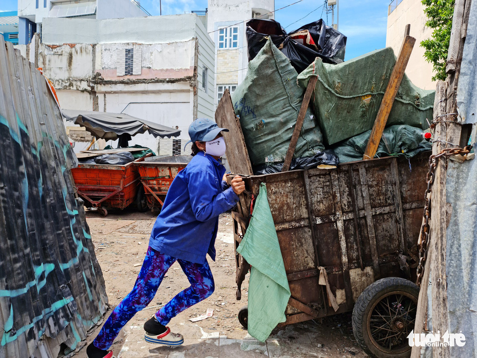 Công nhân vệ sinh môi trường: Thất thu nhẹ mùa dịch, việc nhiều hơn - Ảnh 3.