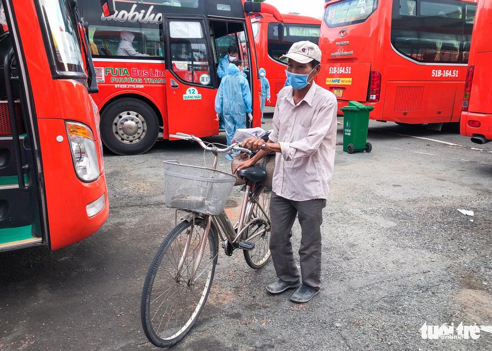 Những chuyến xe màu lửa đưa dân rời điểm nóng Sài Gòn - Ảnh 3.