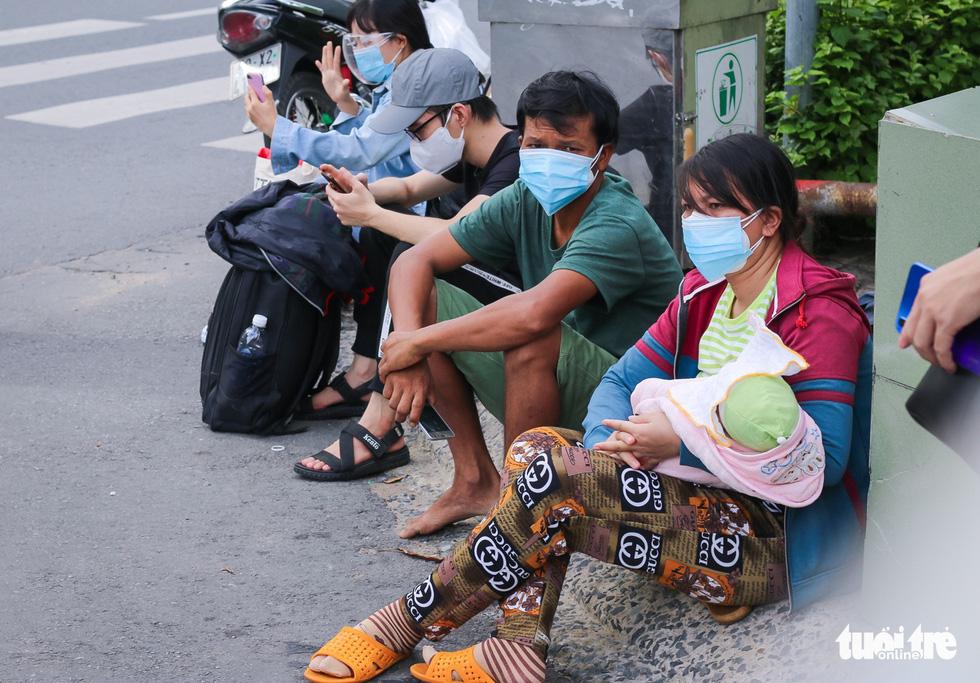 Những chuyến xe màu lửa đưa dân rời điểm nóng Sài Gòn - Ảnh 4.