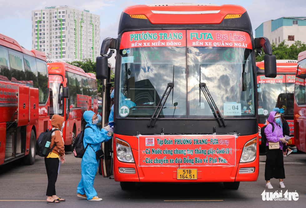 Những chuyến xe màu lửa đưa dân rời điểm nóng Sài Gòn - Ảnh 6.