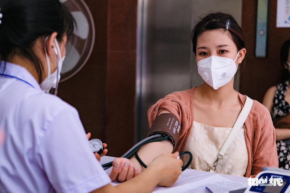 Người dân Hà Nội bắt đầu được tiêm vắc xin ngừa COVID-19 - Ảnh 2.