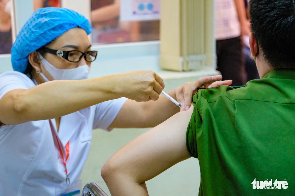 Người dân Hà Nội bắt đầu được tiêm vắc xin ngừa COVID-19 - Ảnh 3.