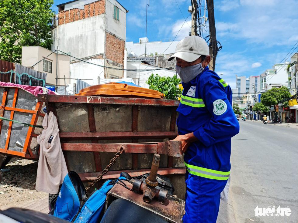 Công nhân vệ sinh môi trường: Thất thu nhẹ mùa dịch, việc nhiều hơn - Ảnh 5.