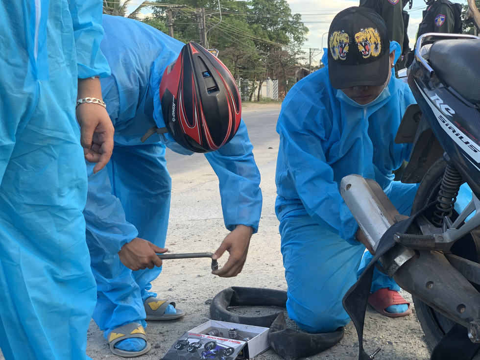 Xuyên ngày đêm bám chốt ở Đà Nẵng cứu hộ xe cho người từ TP.HCM về quê - Ảnh 2.