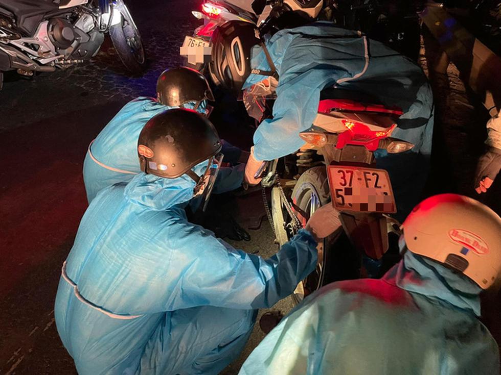 Xuyên ngày đêm bám chốt ở Đà Nẵng cứu hộ xe cho người từ TP.HCM về quê - Ảnh 1.