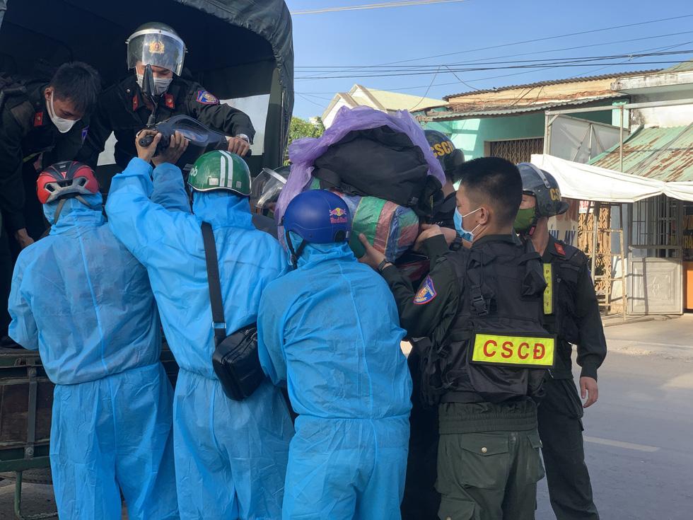 Xuyên ngày đêm bám chốt ở Đà Nẵng cứu hộ xe cho người từ TP.HCM về quê - Ảnh 3.