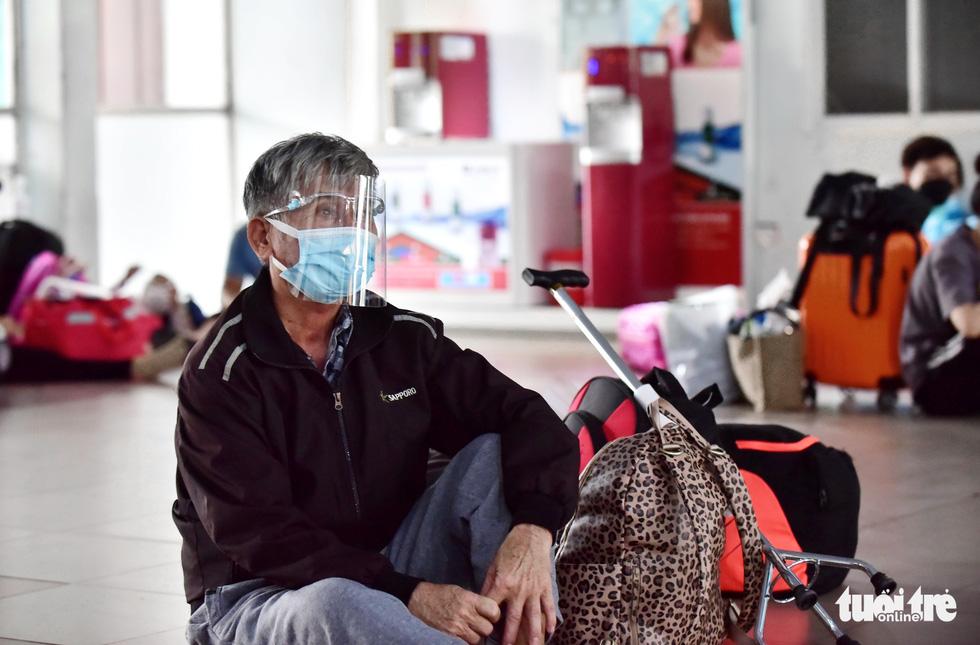 Tạm biệt TP.HCM về quê nhà tránh dịch, nhiều người dân bước lên tàu mà nước mắt cứ rơi - Ảnh 5.