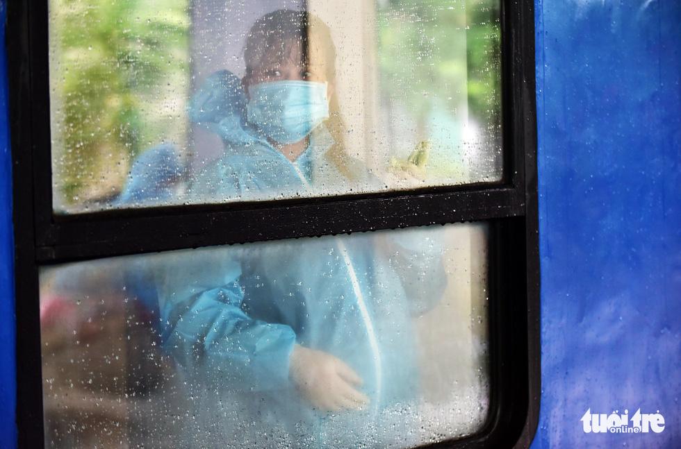 Tạm biệt TP.HCM về quê nhà tránh dịch, nhiều người dân bước lên tàu mà nước mắt cứ rơi - Ảnh 9.