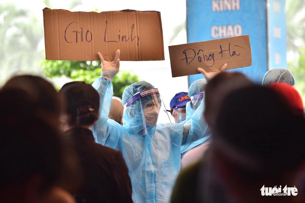 Tạm biệt TP.HCM về quê nhà tránh dịch, nhiều người dân bước lên tàu mà nước mắt cứ rơi - Ảnh 3.